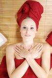 有红色deco的美丽的白肤金发的wellnes妇女 免版税库存图片