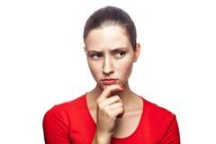 有红色T恤杉和雀斑的情感妇女 免版税图库摄影