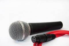 有红色xlr缆绳的使用的声音话筒在白色背景 免版税库存照片