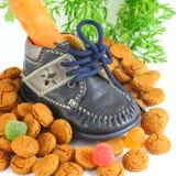 有红萝卜voor的Sinterklaas儿童的鞋子和pepernoten 免版税库存照片