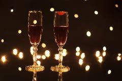 有红葡萄酒版本记录唇膏的觚在玻璃 免版税库存照片
