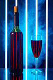 有红葡萄酒玻璃的瓶在烟 库存照片