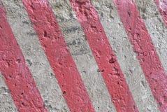 有红颜色、风景样式、难看的东西凝结面、巨大背景或者纹理条纹的混凝土墙  免版税库存照片