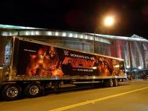 有约翰・希南和科菲金斯敦图象的WWE未加工的卡车在边 库存图片