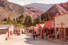有纪念品店和游人的街道在Purmamarca 图库摄影