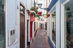 有纪念品店的传统西班牙狭窄的街道和在镇的历史部分的美好的建筑学 免版税库存图片