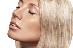 有纯净的棕褐色的发光的皮肤的,金发自然秀丽妇女 免版税图库摄影