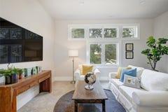 有纯净的白色沙发的好的家庭娱乐室 库存照片