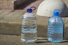 有纯净的饮用水的两个瓶 免版税图库摄影