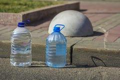 有纯净的饮用水的两个瓶 图库摄影