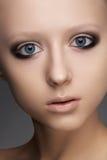 有纯度雀斑皮肤&构成的美丽的女孩 免版税库存照片
