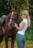 有纯血统赛马的秀丽女孩 免版税库存照片