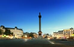 有纳尔逊专栏的特拉法加广场在晚上 免版税图库摄影