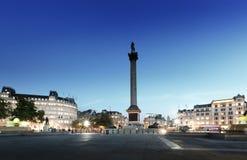 有纳尔逊专栏的特拉法加广场在晚上 免版税库存图片