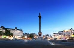 有纳尔逊专栏的特拉法加广场在晚上 免版税库存照片