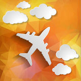 有纸云彩的纸飞机在橙色多角形backgroun 免版税库存照片