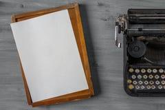有纸和箱子的老打字机 图库摄影