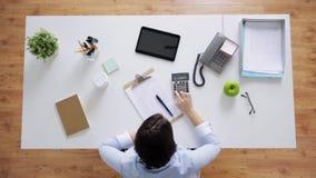 有纸和计算器的女实业家在办公室 股票视频