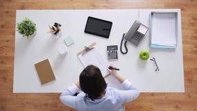 有纸和计算器的女实业家在办公室 影视素材