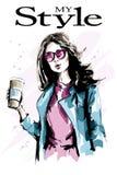 有纸咖啡杯的美丽的少妇 夹克的时尚妇女 太阳镜的时髦的夫人 逗人喜爱的女孩 草图 免版税库存照片