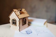 有纸图的房地产概念木玩具房子 免版税图库摄影