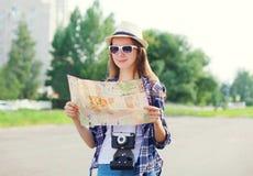 有纸地图的画象妇女旅游观光的城市 库存图片