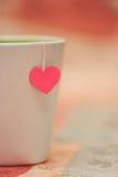 有纸心脏的茶杯 库存照片