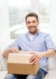 有纸板箱的人在家 免版税库存图片