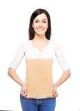 有纸板箱的年轻和可爱的女孩 库存照片