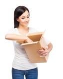 有纸板箱的年轻和可爱的女孩 免版税库存照片
