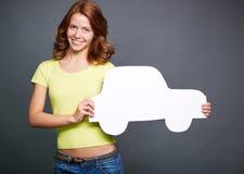 有纸汽车的女孩 库存图片