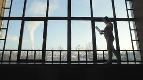 有纸片的女孩在窗口的 影视素材