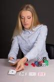 有纸牌和纸牌筹码的美丽的白肤金发的妇女 免版税库存照片