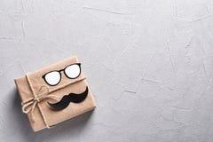 有纸玻璃和髭的礼物盒 免版税库存照片