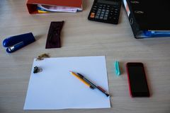 有纸的一张书桌书写电话计算器玻璃 图库摄影