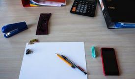 有纸的一张书桌书写电话计算器玻璃 库存照片