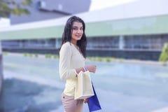有纸袋的秀丽购物妇女 库存图片