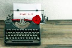 有纸页和玫瑰色花的葡萄酒打字机 库存图片