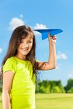 有纸飞机的小女孩愉快的孩子 库存图片