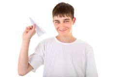 有纸飞机的少年 免版税库存图片