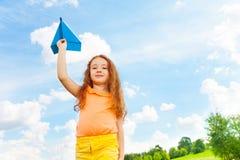 有纸飞机的愉快的女孩 免版税库存图片