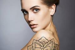 有纹身花刺和构成的美丽的妇女 库存照片