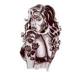 有纹身花刺的充满活力的山区乡村摇滚乐妇女在胳膊 免版税库存图片