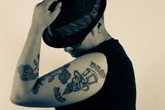 有纹身花刺的妇女 库存图片