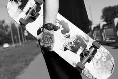 有纹身花刺的溜冰板者在他的胳膊 免版税库存图片