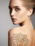 有纹身花刺的美丽的性感的妇女 免版税库存照片