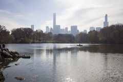 有纽约地平线的中央公园在背景中 库存照片