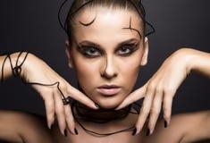 有线性黑构成的美丽的网络女孩 免版税库存照片