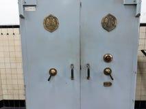 有组合以及关键锁的古色古香的保险箱 在其中一间Mandiri博物馆的屋子里面在雅加达 库存照片