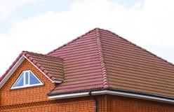 有经典瓦片屋顶的房子  免版税图库摄影